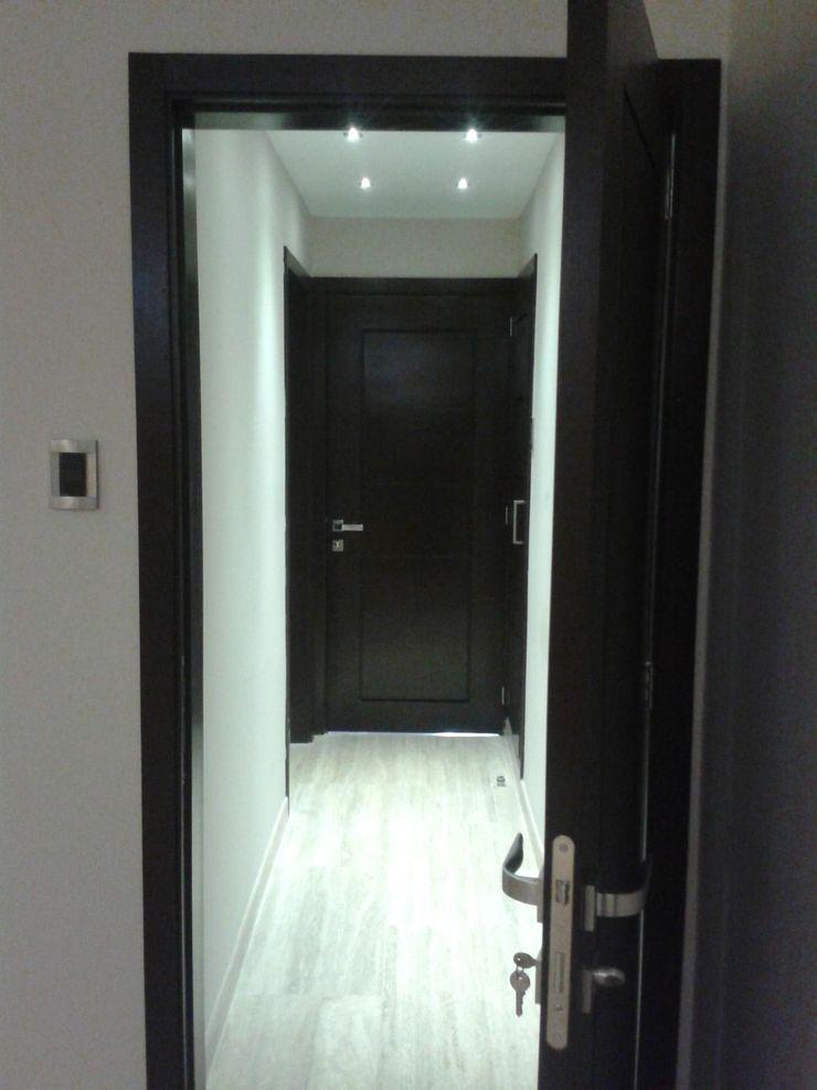 AREA PASILLO HACIA AREA PRIVADA CelyGarciArquitectos Pasillos, vestíbulos y escaleras de estilo minimalista Madera Marrón