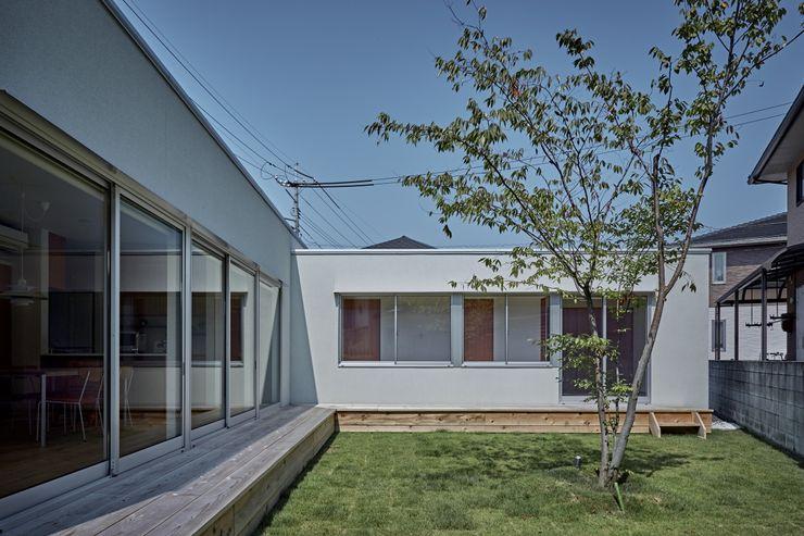 T字の家 toki Architect design office モダンな庭