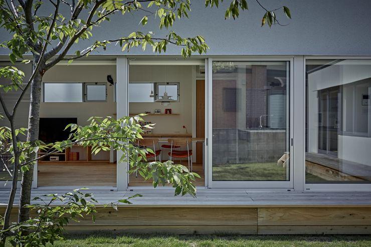 T字の家 toki Architect design office モダンデザインの テラス 木 木目調