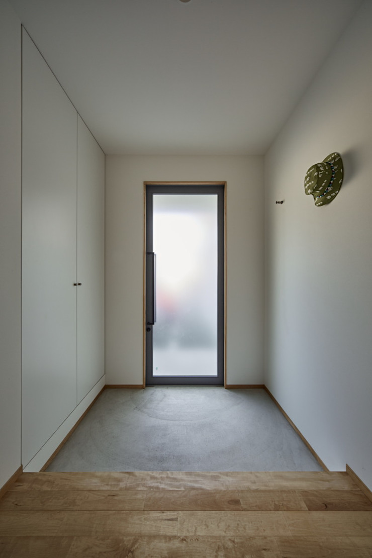 T字の家 toki Architect design office モダンスタイルの 玄関&廊下&階段 鉄/鋼 白色