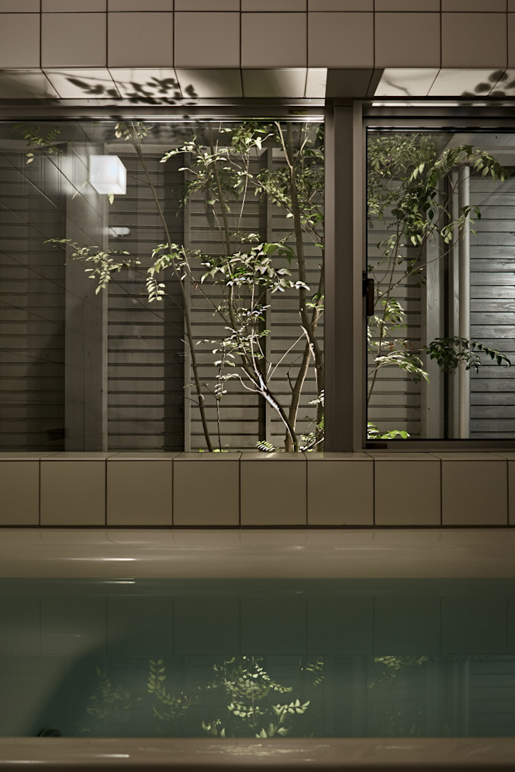 T字の家 toki Architect design office モダンスタイルの お風呂 タイル 白色