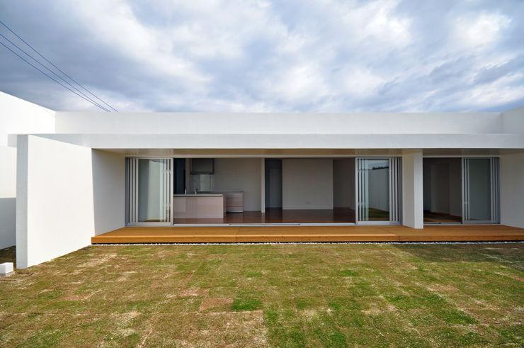 門一級建築士事務所 Modern style gardens Concrete White