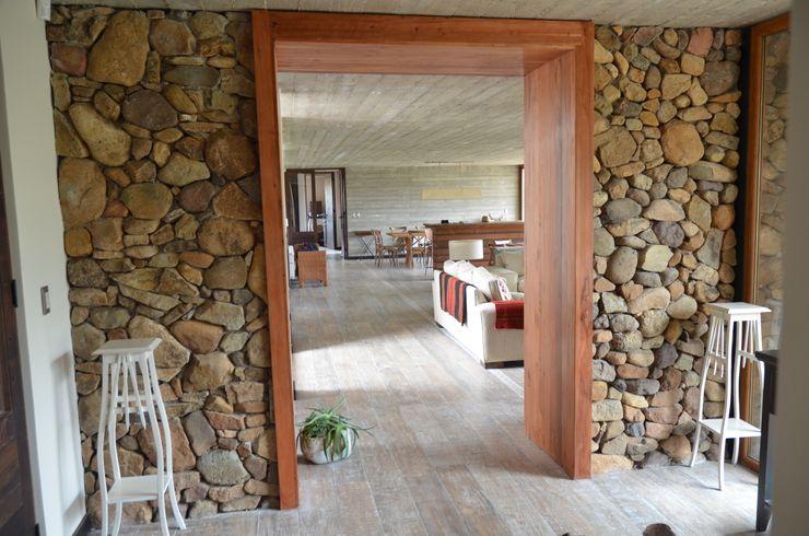 Piso de duelas. Ignisterra S.A. Puertas y ventanas de estilo rústico Madera Marrón