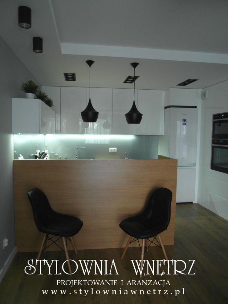 MIESZKANKO W BIELI I DREWNIE Stylownia Wnętrz Nowoczesna kuchnia Drewno Biały