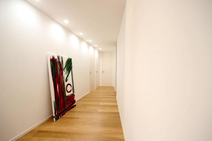 Ad'A Minimalistische gangen, hallen & trappenhuizen Hout Wit
