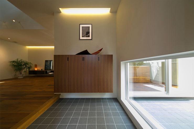 アーキシップス京都 Modern corridor, hallway & stairs Wood White