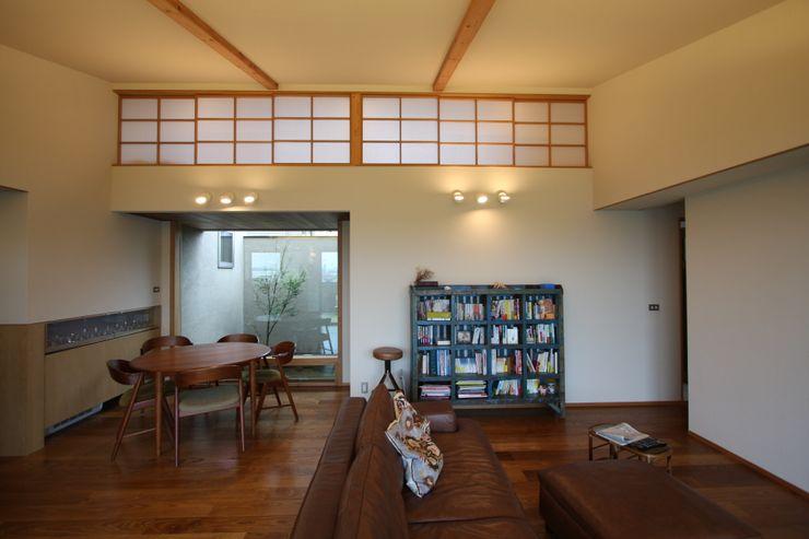 C邸ー大きな屋根の家 C-design吉内建築アトリエ 和風デザインの リビング
