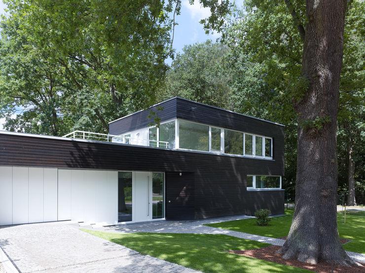 Einfamilienhaus in Falkensee bei Berlin Justus Mayser Architekt Moderne Häuser Holz Schwarz