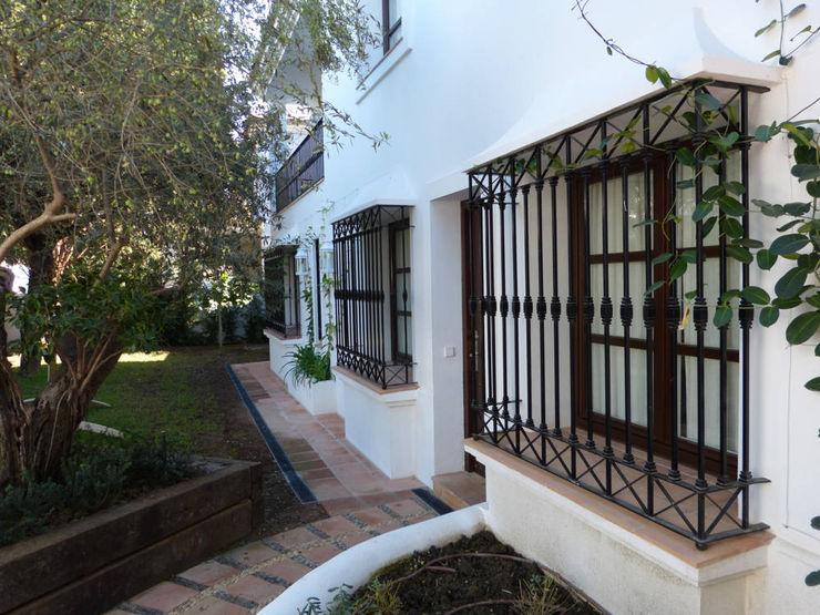 Ventanas de madera con rejas homify Puertas y ventanas de estilo rústico