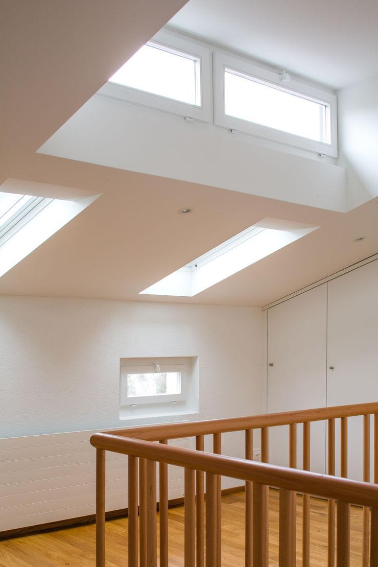 Beat Nievergelt GmbH Architekt モダンスタイルの 玄関&廊下&階段