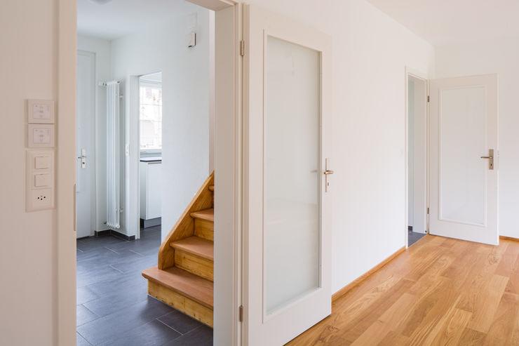 Beat Nievergelt GmbH Architekt モダンデザインの リビング