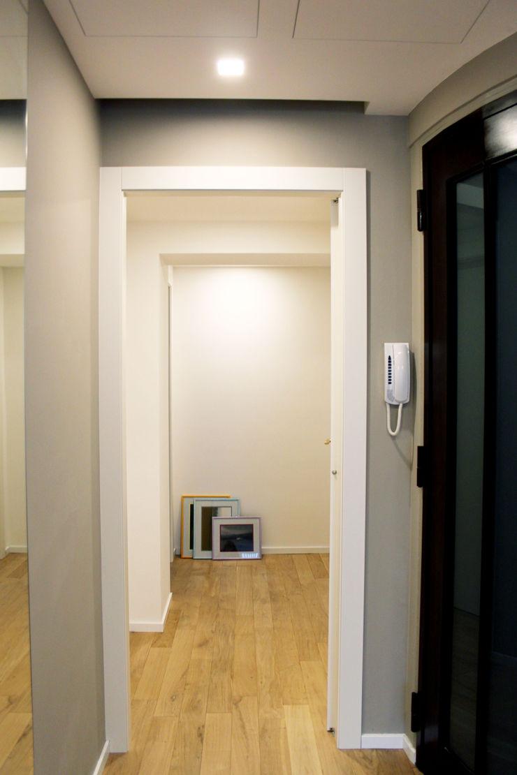 Relooking appartamento datato SuMisura Ingresso, Corridoio & Scale in stile moderno