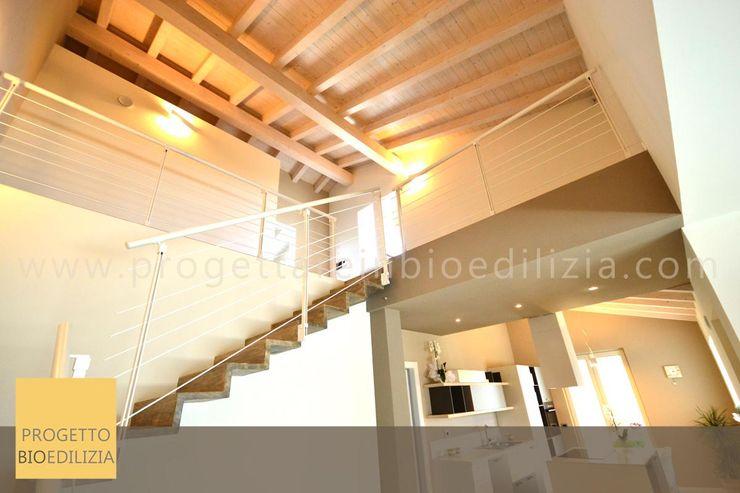 Piano superiore con affaccio scenografico sulla zona giorno con tetto a vista STUDIO RANDETTI - PROGETTAZIONE E DESIGN Soggiorno moderno Legno Effetto legno