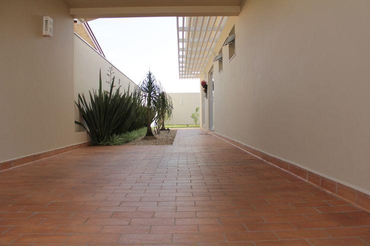 Lozí - Projeto e Obra Minimalist corridor, hallway & stairs