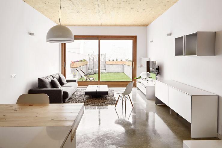 59RUT New house between dividing walls in the centre of Terrassa Vallribera Arquitectes Phòng khách phong cách tối giản