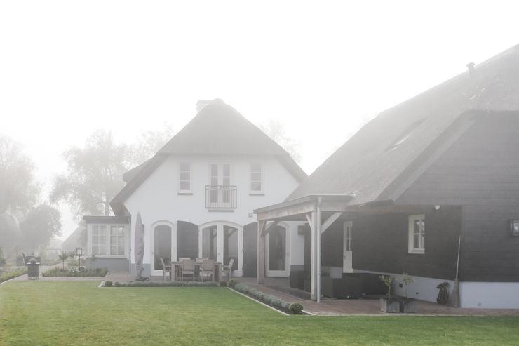 Achterzijde landelijke woning, Ewijk homify Landelijke huizen