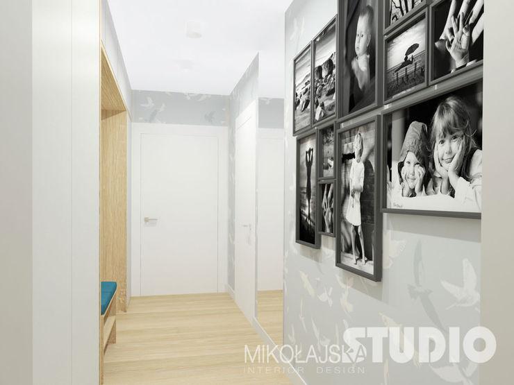 hall, korytarz, przedpokój, jasny, pastelowy, drewno, galeria MIKOŁAJSKAstudio Skandynawski korytarz, przedpokój i schody