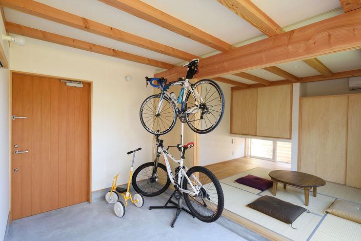 加藤淳一級建築士事務所 現代風玄關、走廊與階梯
