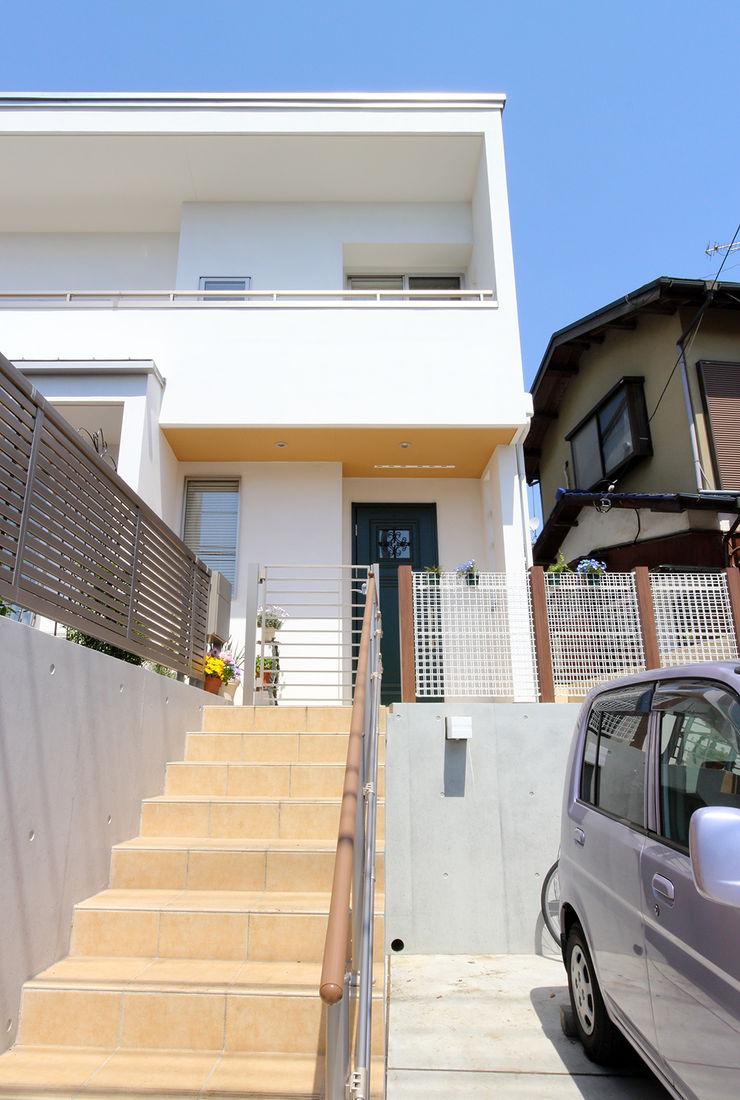玄関ポーチに至る階段 シーズ・アーキスタディオ建築設計室 モダンな 家