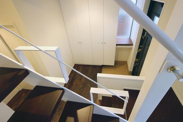 階段から玄関を見下ろす シーズ・アーキスタディオ建築設計室 モダンスタイルの 玄関&廊下&階段
