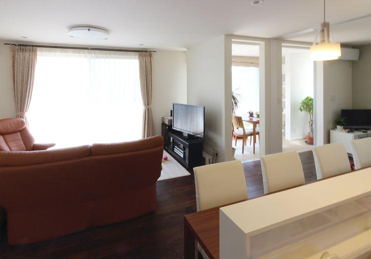 手前にキッチン。奥にリビングとインナーテラス。 シーズ・アーキスタディオ建築設計室 モダンデザインの リビング