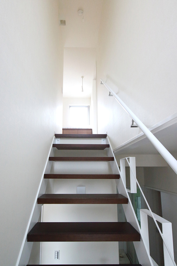 水平フラットな外観でまとめた木造|東久留米の家 シーズ・アーキスタディオ建築設計室 モダンスタイルの 玄関&廊下&階段