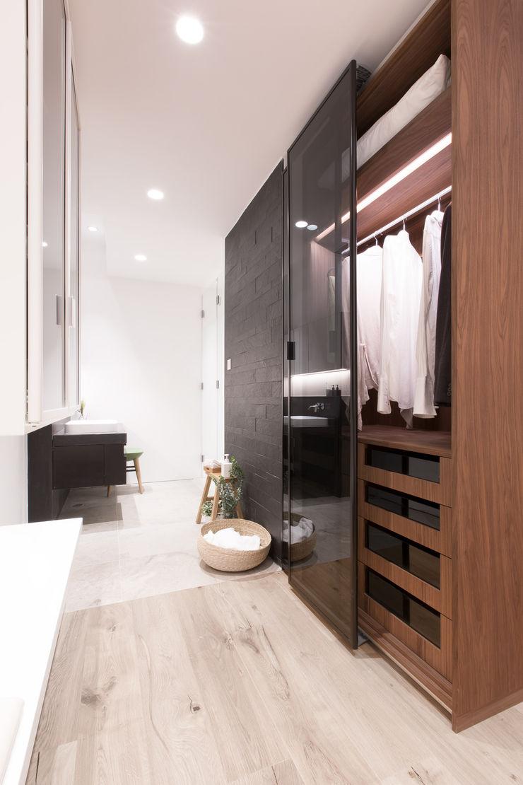 Dress up and Make up Sensearchitects Limited Minimalist bathroom