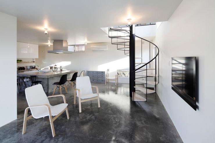 リビング+階段 久保田正一建築研究所 ミニマルデザインの リビング コンクリート 灰色