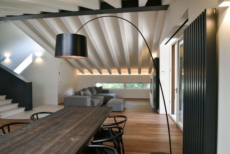 Ristrutturazione e ampliamento sottotetto in collina Claude Petarlin Sala da pranzo minimalista Nero