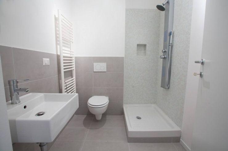MmArchi. I Monica Maraspin Architetto Salle de bain moderne Céramique Gris