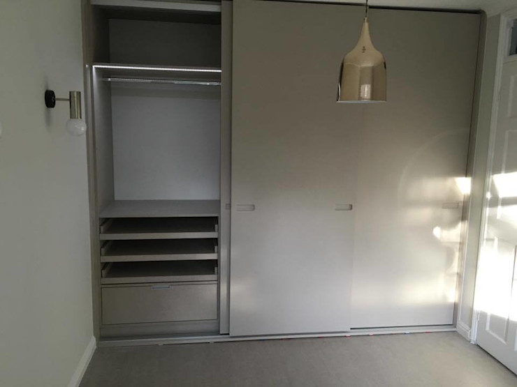Sprayed Sliding Door Wardrobe with Routed Handles And Light Grey Linen Interior Kleiderhaus ltd 臥室衣櫥與衣櫃