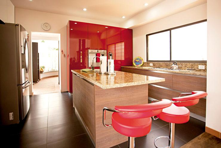 FORMICA Venezuela 現代廚房設計點子、靈感&圖片 Red