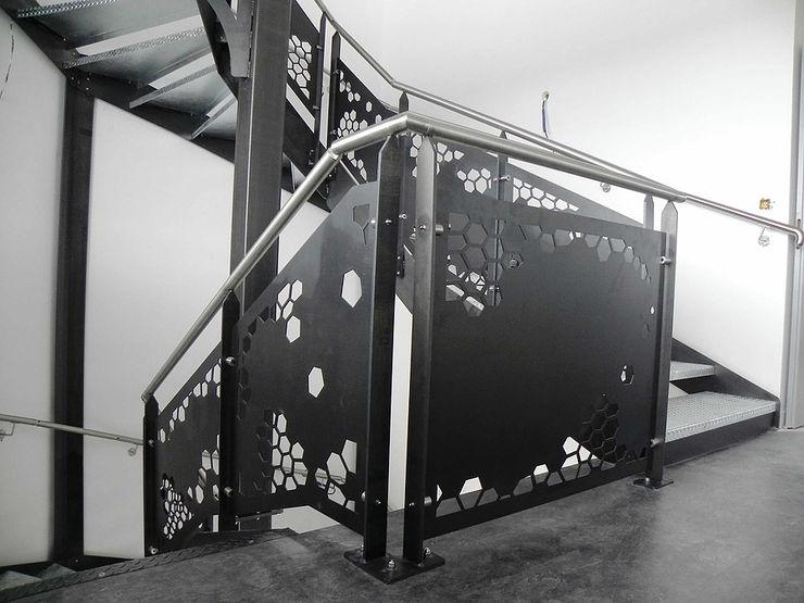 NATUREL METAL FERFORJE Corredores, halls e escadas modernos Ferro/Aço Preto
