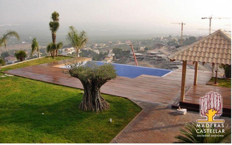 Nuestros famoso suelos.. Maderas Castellar Piscinas de estilo moderno