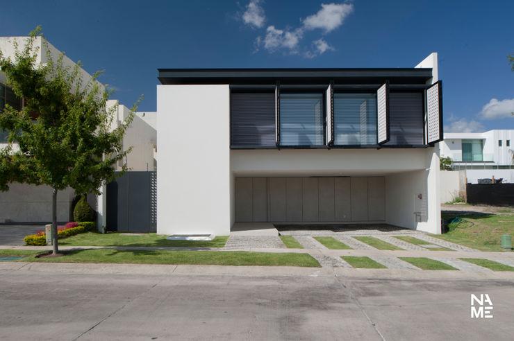 CELOSIA EXTERIOR ABIERTA homify Casas de estilo moderno Blanco