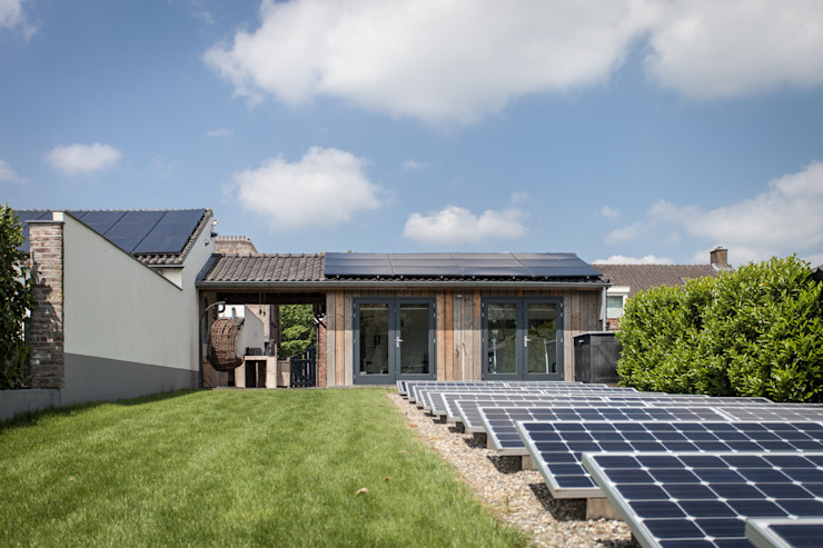 Veld met zonnepanelen Bob Romijnders Architectuur + Interieur Moderne tuinen