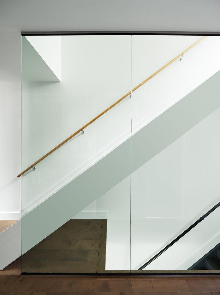 Carroll Street M Monroe Design Minimalist corridor, hallway & stairs