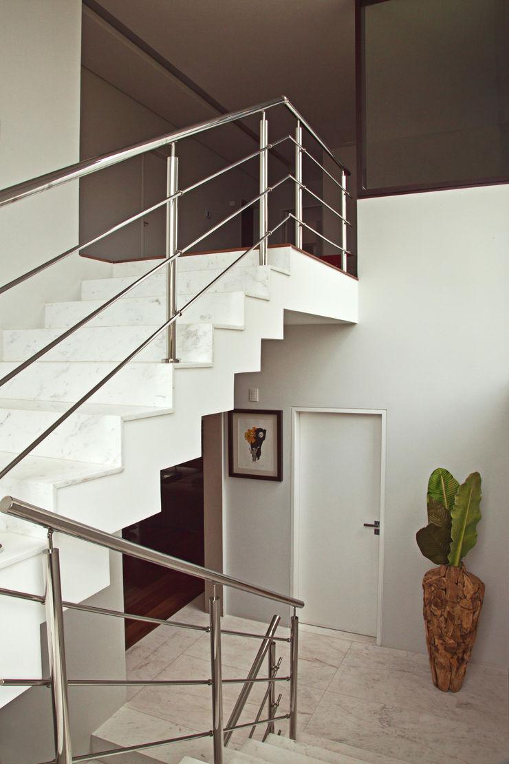 Studio Leonardo Muller 現代風玄關、走廊與階梯 大理石 White