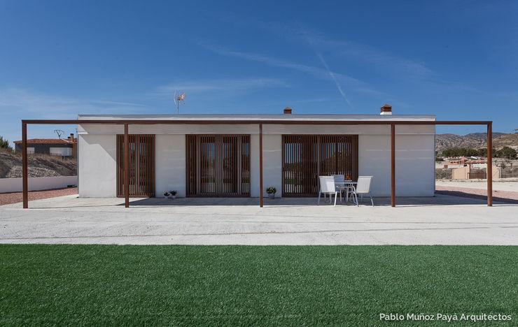Low-cost weekend house Pablo Muñoz Payá Arquitectos 現代房屋設計點子、靈感 & 圖片