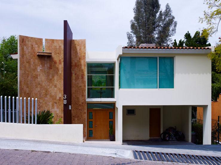 FACHADA PRINCIPAL Excelencia en Diseño Casas de estilo minimalista Piedra Beige