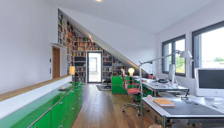 Arbeitszimmer unter Schleppgaube mit Bibliothek KitzlingerHaus GmbH & Co. KG Moderne Arbeitszimmer