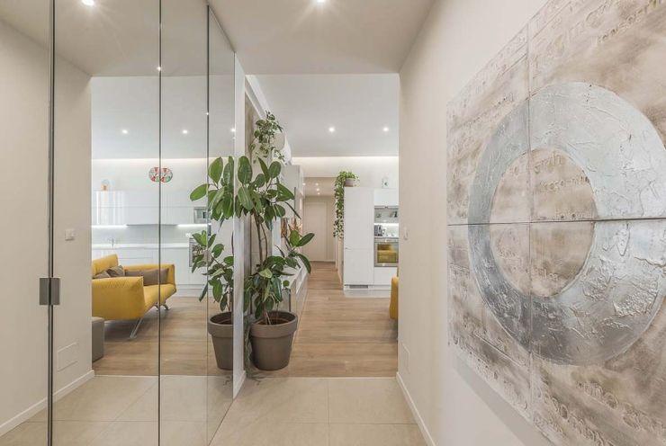 Ingresso caratterizzato da armadio con ante a muro e a specchio Facile Ristrutturare Ingresso, Corridoio & Scale in stile moderno