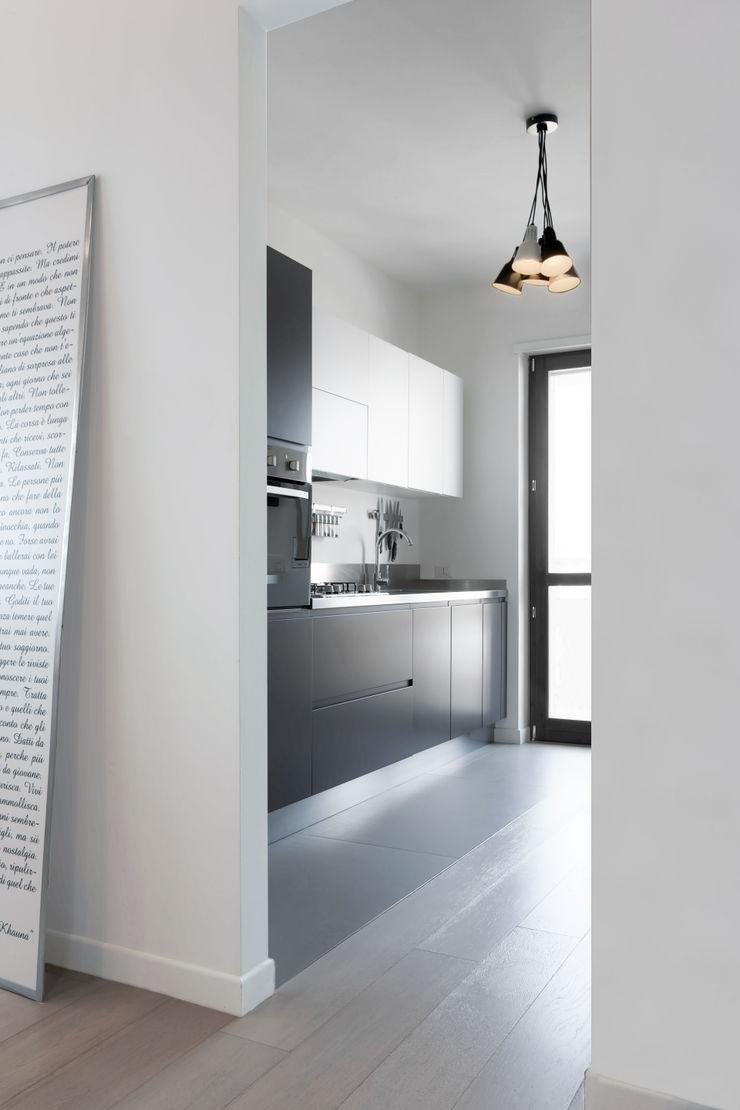 Casa <q>Elle</q> bianca e grigia MAMESTUDIO Cucina minimalista