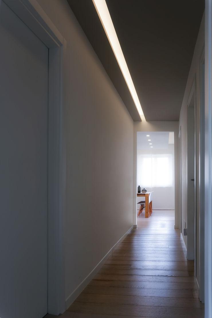 Casa <q>Elle</q> bianca e grigia MAMESTUDIO Ingresso, Corridoio & Scale in stile minimalista