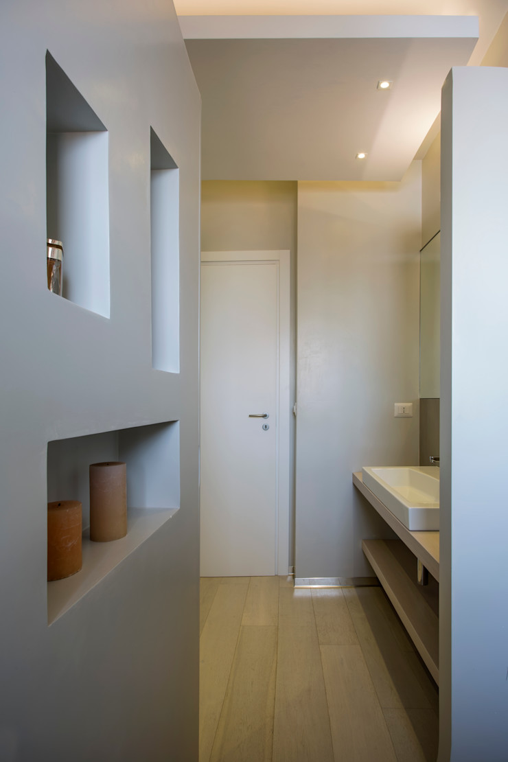 Casa <q>Elle</q> bianca e grigia MAMESTUDIO Bagno minimalista