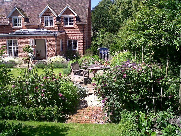 Country Cottage Garden, Hampshire GreenlinesDesign Ltd Taman Klasik