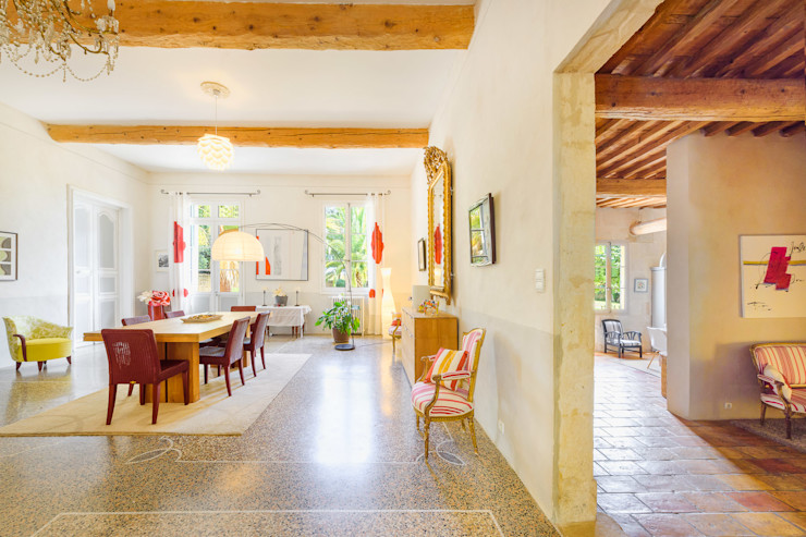 Rénovation d'un grand mas en pierre Laurence champey Salle à manger méditerranéenne Bois Rouge