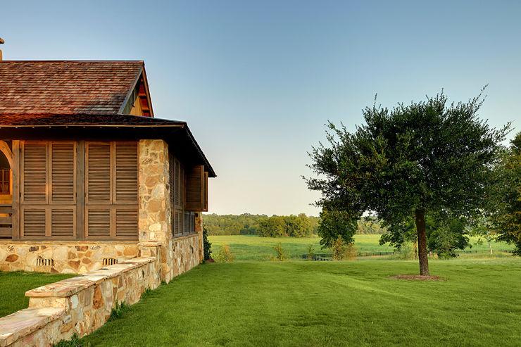 Jeffrey Dungan Architects Country style house Stone Black