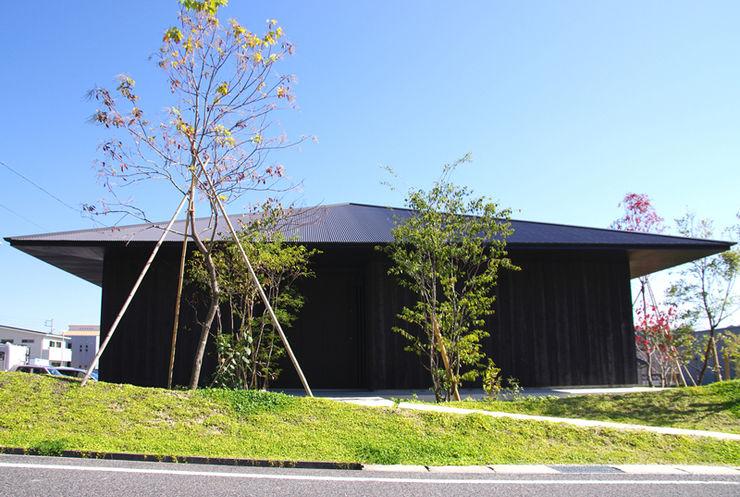 小林良孝建築事務所 Classic style houses Wood Black