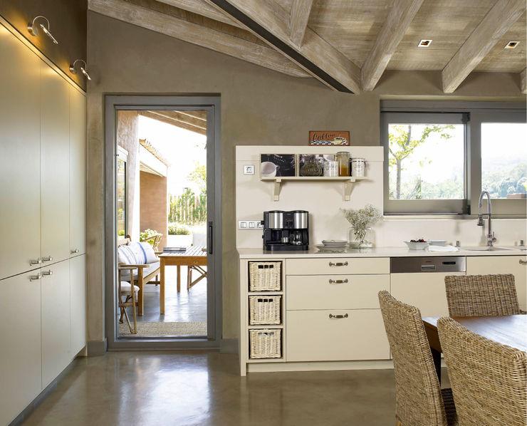 Salida al jardín DEULONDER arquitectura domestica Cocinas de estilo rústico Blanco